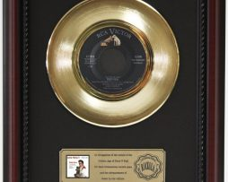 ELVIS-PRESLEY-TEDDY-BEAR-GOLD-RECORD-CUSTOM-FRAMED-CHERRYWOOD-DISPLAY-K1-182089323550